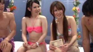 【マジックミラー号】万券渡したらスワッピングも簡単にOK!?お股のゆるい女子大生たち!
