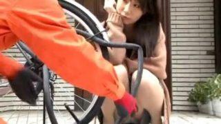 【桜花えり】自宅に訪れる訪問業者を視線で意識させパンチラで誘惑する極上人妻!