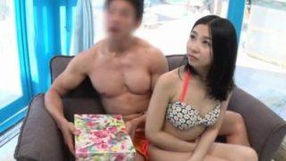 【マジックミラー号】海に来た色白美乳娘が出会って即の男と簡単にセックス!(星乃はな)