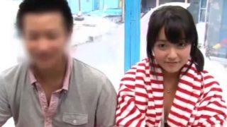 【マジックミラー号】海に遊びに来ていたカップルの彼女を寝取って膣内射精!(有本紗世).