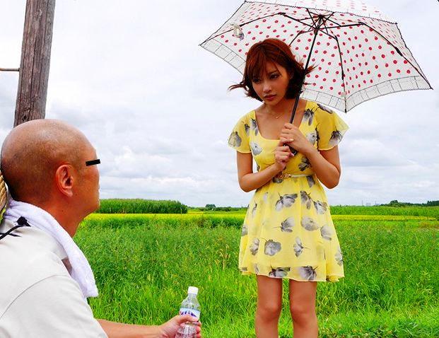 【明日花キララ】農家の夫婦宅に善意で泊めてもらいダンナさんを寝とっちゃう企画www・