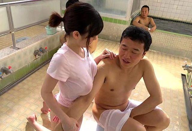 〔吉川あいみ〕汗と石鹸でべっちょり濡れたTシャツから溢れ出るお乳www