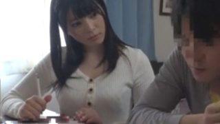 〔上原亜衣〕美人家庭教師の色香に興奮を抑えきれずレ○プする男子学生!