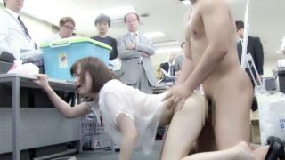 お尻丸出しの半裸状態のまま四つん這いで同僚が働いている社内を這いまわる!【企画】