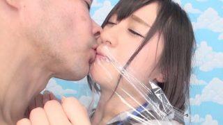 インタビューだけならとしぶしぶ引き受ける女子社員にラップ越しのキス!【企画】