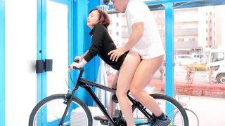 〔マジックミラー〕究極のニケツ♥激ピストンされながら自転車に乗り続けられたら賞金獲得❗