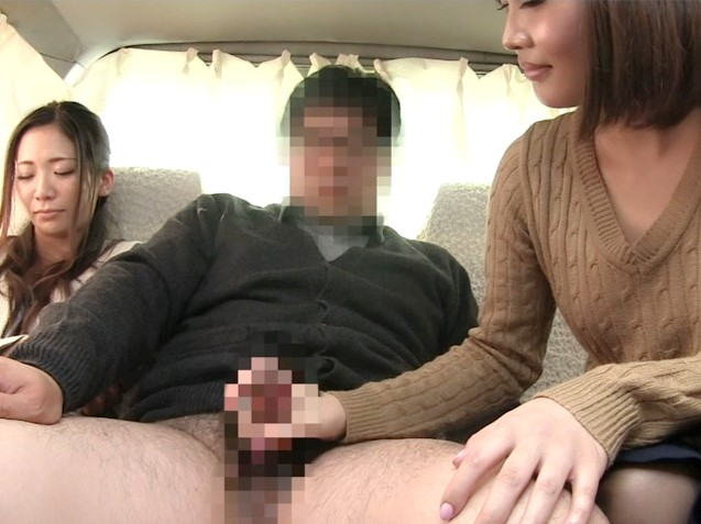 〔素人〕子持ち夫婦をナンパ♥旦那さんの横にAV女優を座らせしゃぶらせてみた❗