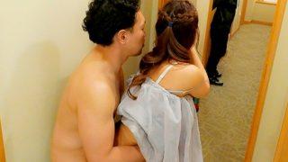 〔三上悠亜〕「これヤバくないですか!?」地方ホテルの廊下で突然FUCK!