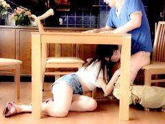 〔浜崎真緒〕「声出したらバレるよ~♡」テーブルの下で妹の彼氏のチ○ポをフェラする淫乱お姉さま!