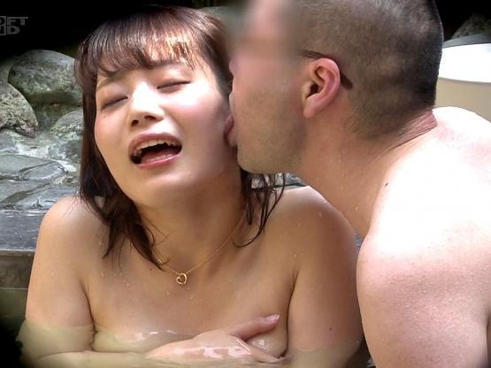 〔盗撮〕タオルを巻いて男風呂突撃企画♥男性客に身体の隅々まで舐められる巨乳娘❗