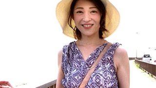 〔熟女〕鎌倉の海辺で出会った43歳の人妻♥大学3年生と小学1年生の息子を持つ2児のママがAV出演❗
