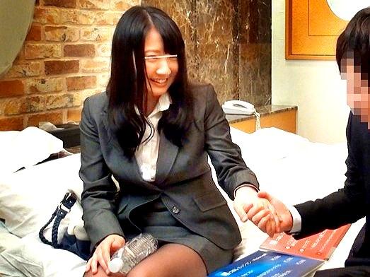 ▼▼盗撮▼▼会社の同僚とエッチなお泊りミッション企画‼男の理性が吹っ飛び生で初セックス‼
