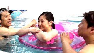 〔素人〕水中近親相姦GAME❗夏休みの賑わうプールで母親と息子がコッソリ生セックス♥