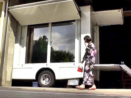 ▼▼鬼畜▼▼MM号アフター企画♥車から出てきた浴衣娘を付け狙いバス内で中出しレ○プ‼