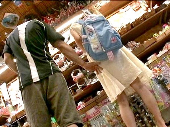 ★★鬼畜★★駄菓子屋で痴漢‼クリトリスを剥かれて漏らしながら初イキする敏感ロリ娘❗