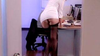 〔痴女〕Tバック尻丸出し‼タイトミニで男性社員を誘惑する女上司♥チ○ポを勃起させて足コキでイカせちゃうドS美女❗
