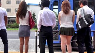 〔痴女〕学生チ○ポをパクっ‼欲求不満な若妻たちの逆痴漢♥モテた経験がない学生が乗り込んだバスは周りがイイ匂いのする人妻だらけ❗