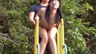 〔羞恥〕超ド変態美少女‼「誰かに見られるかも…♥」滑り台の上で激ピストンされてイキまくるパイパンマ○コ❗
