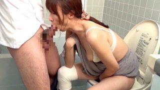 〔熟女〕人妻の非日常生活‼「もう我慢できない♥」トイレの介助中にヘルパーのズボンをいきなり下ろした美人奥さま❗
