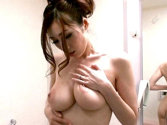 〔熟女〕爆乳義母の誘惑‼『ずっと見てたんでしょ❓』風呂場で息子にオナニーを見せつけるド変態人妻♥