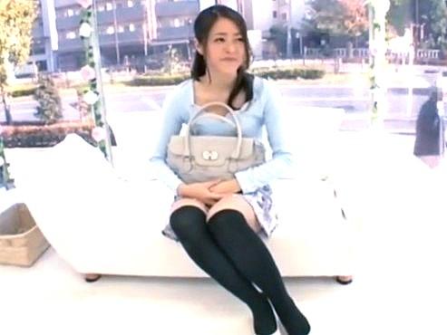 [MM号]素人ナンパ‼『好きな体位って何ですか❓』Hなインタビュー中の22歳の美人女子大生に前戯もなしにデカチン即ハメ♥